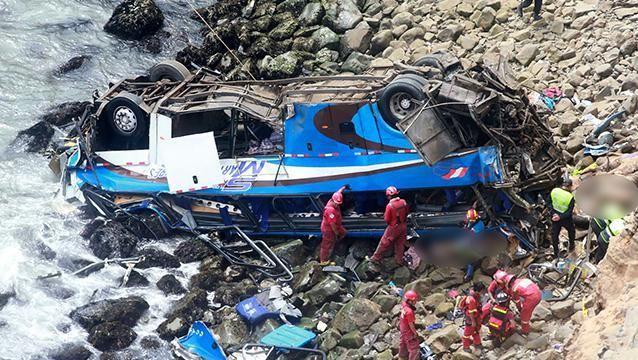 Sube a 48 la cantidad de muertos al caer un ómnibus a un barranco en Perú
