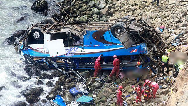 Al menos 25 muertos al caer un autobús por un barranco en Perú