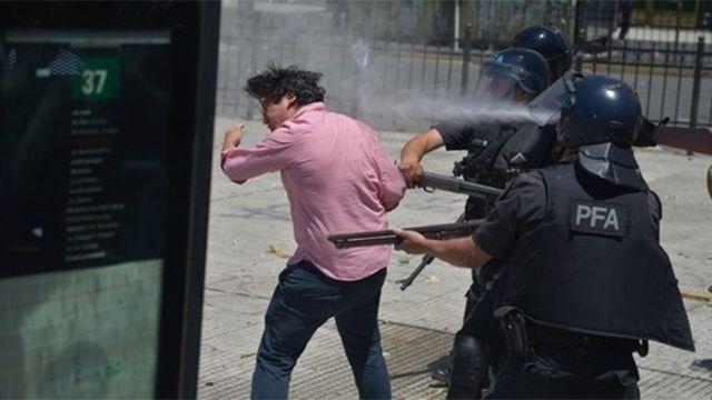 Escandalosa sesión de Diputados en Argentina con incidentes en las calles