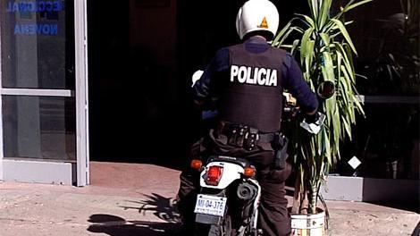 Policía recibió balazo en la nuca mientras registraba a dos personas