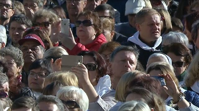 Franciso criticó a fieles y obispos por usar el celular en plena misa