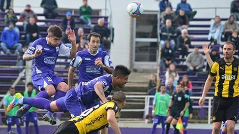 Peñarol y Defensor juegan partido clave del Campeonato Uruguayo
