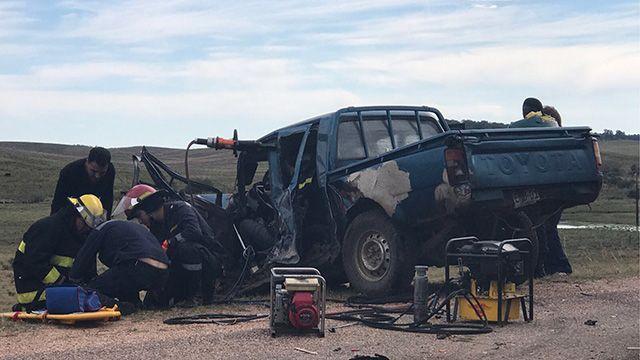 Choque frontal entre camión y camioneta deja conductor grave