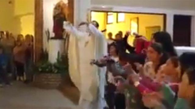 Cura llena misas bailando y cantando versión católica del hit Despacito