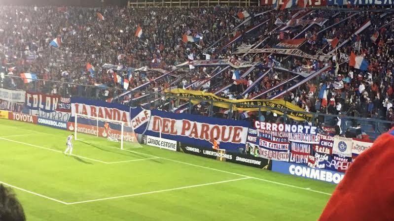 Bandera de Peñarol en tribuna de Nacional fue denunciada por la Policía