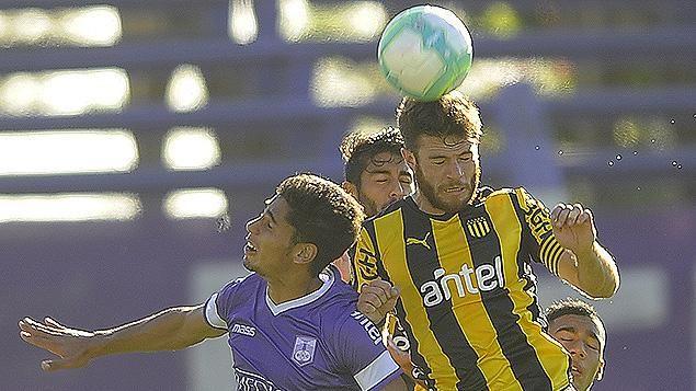 Con polémico arbitraje de Óscar Rojas, Defensor y Peñarol empataron 2-2