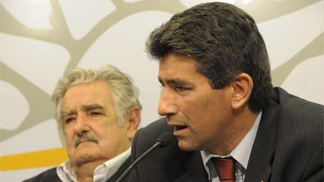 Abogado pide investigar a Vázquez, Mujica y Sendic por la regasificadora