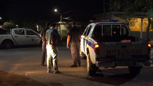 Dos hermanos graves tras ser atacados a balazos en la puerta de su casa