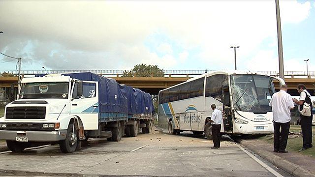 Choque de un ómnibus contra un camión en los accesos dejó dos heridos