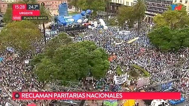 Masiva marcha de educadores por mejores salarios en Argentina