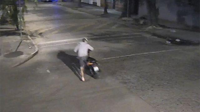 VIDEO: Robó una moto, se la llevó a la casa y todo quedó filmado
