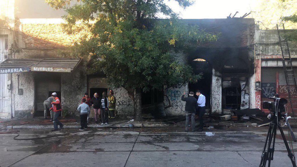 Incendio en mueblería de la calle Arenal Grande con pérdidas totales
