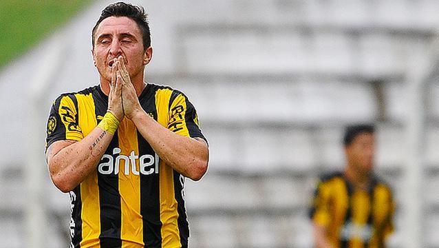 Peñarol volvió a dejar puntos, empató 2-2 con Fénix en Jardines