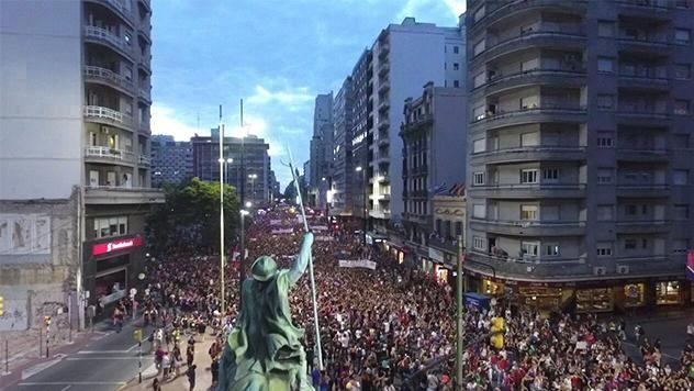 Multitudinaria marcha en 18 de Julio por el Día Internacional de la Mujer