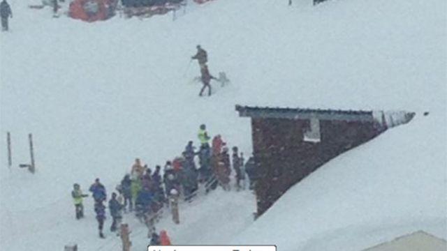 Avalancha en estación de esquí en los Alpes; hay personas bajo la nieve