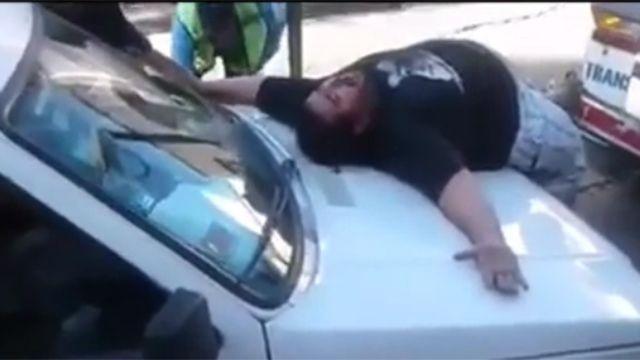 Ciudadano argentino lleva a cabo dramática escena para evitar ser guinchado