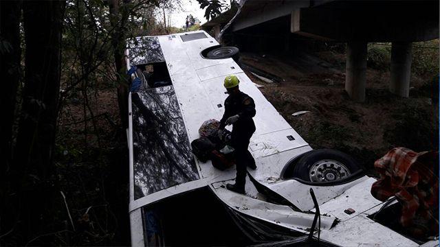 Al menos 18 personas murieron tras caer un bus a una quebrada en Panamá