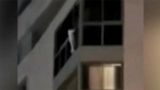 Dramático rescate de una niña de 5 años que colgaba de un balcón