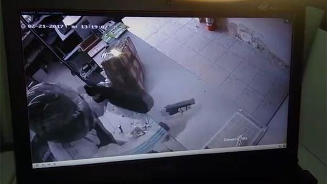 Impactantes imágenes de robo a mano armada de local de pagos