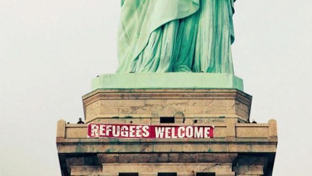 Colgaron cartel a favor de los refugiados en la estatua de la Libertad