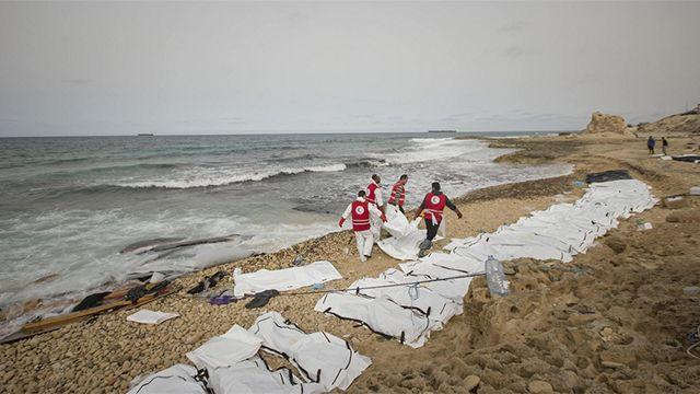Hallaron 74 cuerpos de migrantes en una playa de Libia