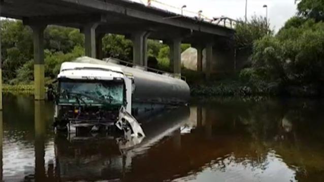 Camión cisterna chocó baranda y cayó del puente Guaviyú