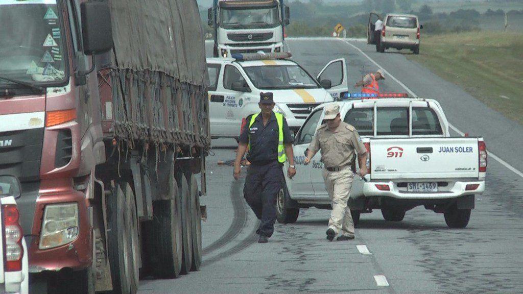 Mordió cono en la ruta, golpeó a motociclista, cayó y la arrolló un camión
