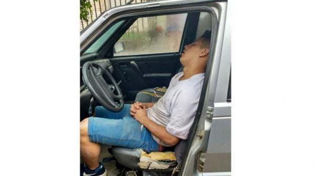 Un ladrón intentó robar un auto, pero se quedó dormido adentro del vehículo