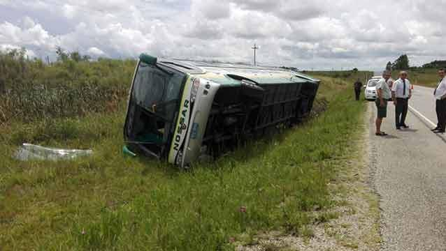 Ómnibus con 22 pasajeros volcó tras evitar choque frontal con camión