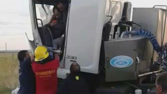 Choque de camiones: conductor quedó atrapado y fue rescatado por Bomberos
