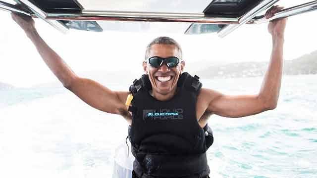 El disfrute (y los porrazos) de Obama aprendiendo kitesurfing
