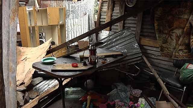 Terminó de sacar a sus hijos, y el temporal le derrumbó la casa