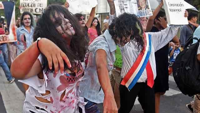 Unos 300 zombis protestaron en la calle contra el presidente de Paraguay