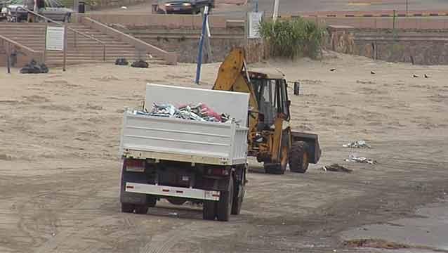 Cuatro camiones llenos de basura en Playa Ramírez tras festejos de Iemanjá