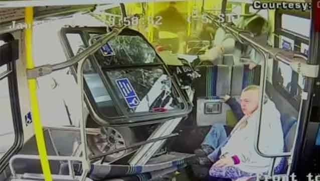 Impactante accidente de una camioneta que se incrustó contra un ómnibus