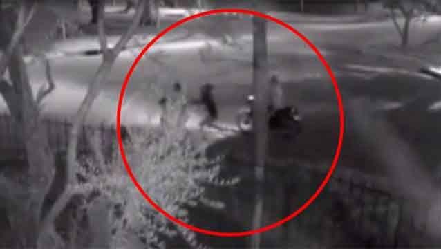 Rapiña a una mujer que iba con un niño quedó filmada en cámara de seguridad