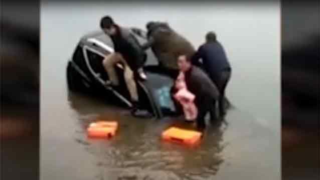 Video: salvó a su beba de ahogarse arrojándola a los brazos de otro hombre