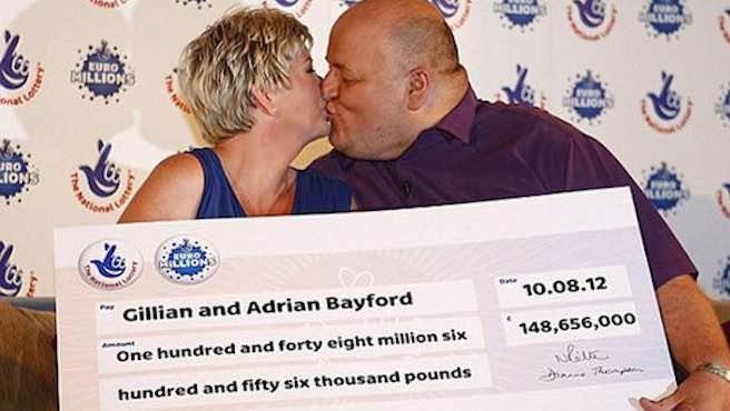 Inglés ganó la loteria, dejó a su esposa, se fue con joven y lo saquearon