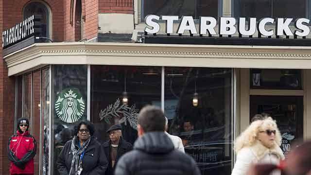 Starbucks y Airbnb contratan miles de inmigrantes como respuesta a Trump