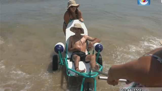 """Así es el servicio """"Playa accesible"""" para personas con discapacidad"""