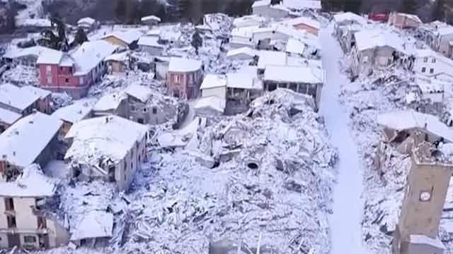 Bomberos extraen a madre e hijo bajo los escombros tras temblor en Italia
