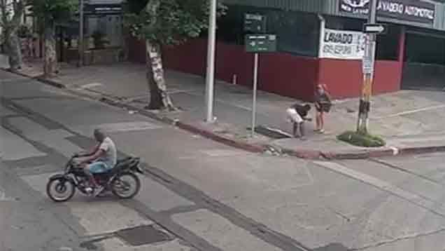 Video: policías en moto atraparon a un rapiñero y todo quedó filmado