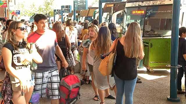 Unos van, otros vienen: 100.000 personas pasaron por Tres Cruces en 48 horas