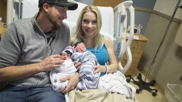 Mujer da a luz a gemelos en años diferentes