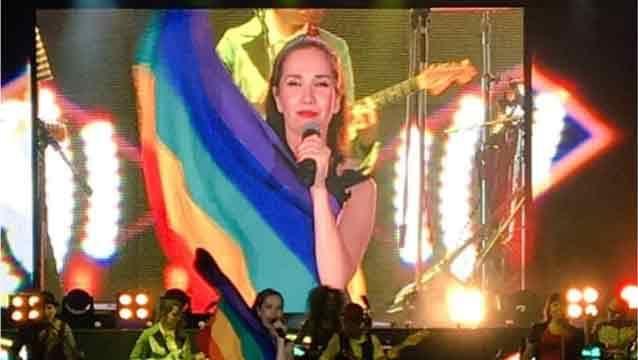 Natalia Oreiro desafió a las autoridades rusas con la bandera de orgullo gay