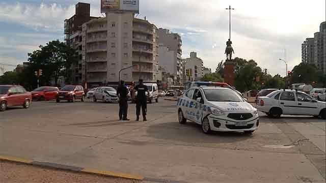 Un patrullero chocó con un auto particular en Avenida Italia y Centenario