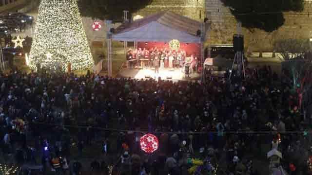 Multitud acude a Belén para una Navidad marcada por la seguridad reforzada