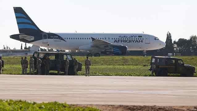 Secuestran un avión libio con 118 personas a bordo y lo desvían a Malta