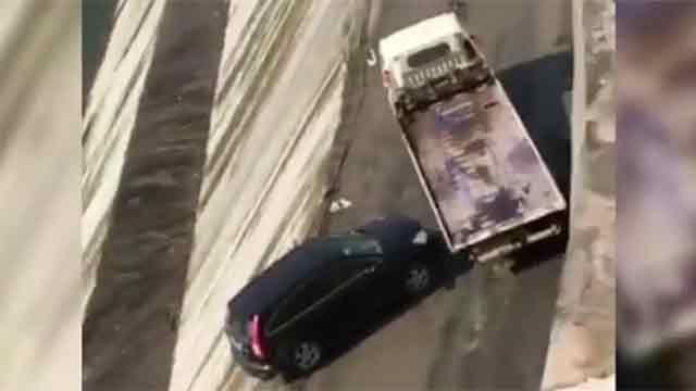 Impresionante rescate fallido de un auto que cayó de un precipicio en China