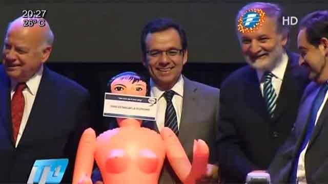 """Le regalaron una muñeca inflable al ministro para """"estimular"""" la economía"""